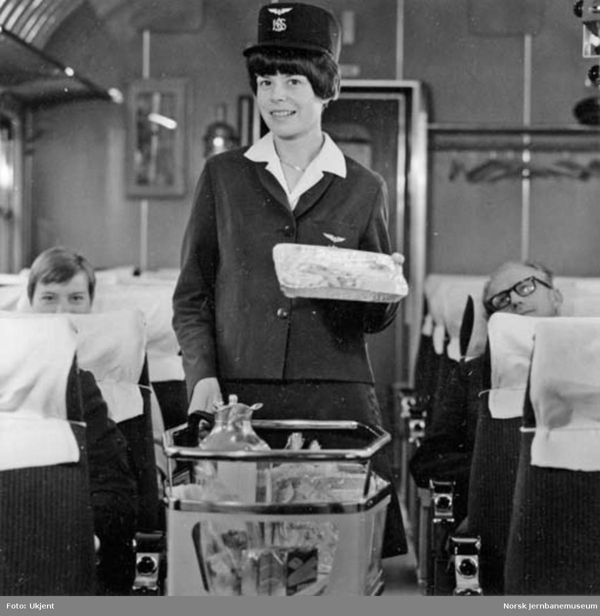 Servering av kaffe fra trillevogn i toget