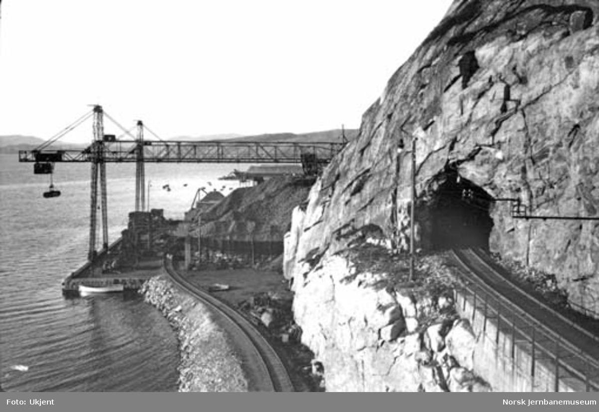 Sydvarangers anlegg i Kirkenes med malmlastekai og øvre og nedre spor