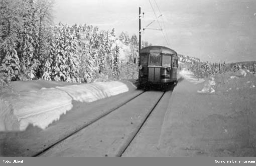Motorvogn type 87 på Dalshov holdeplass mellom Vegårshei og Selåsvatn