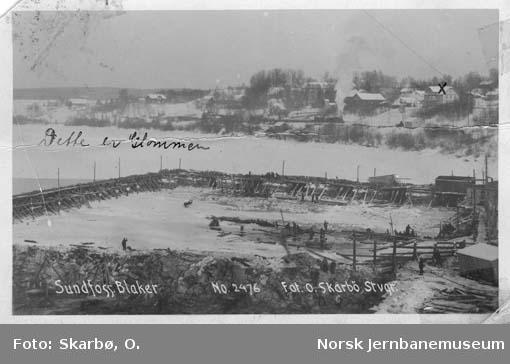 Glomma ved Sundfossen med Blaker stasjon i bakgrunnen