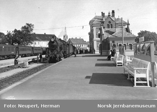 Damplokomotiv med persontog på Kristiansand stasjon