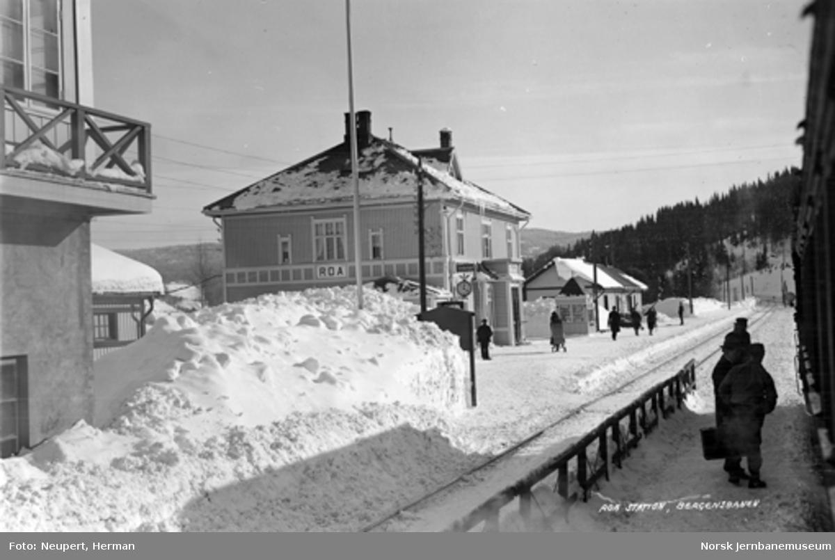 Vintermotiv fra Roa stasjon med reisende på plattformen