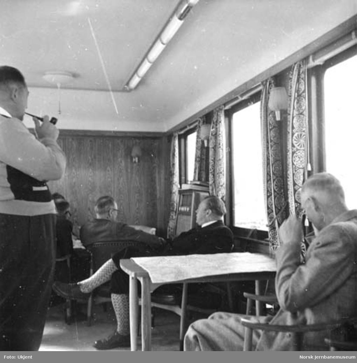 Folk fra hovedstyret i salongvogn nr. 100