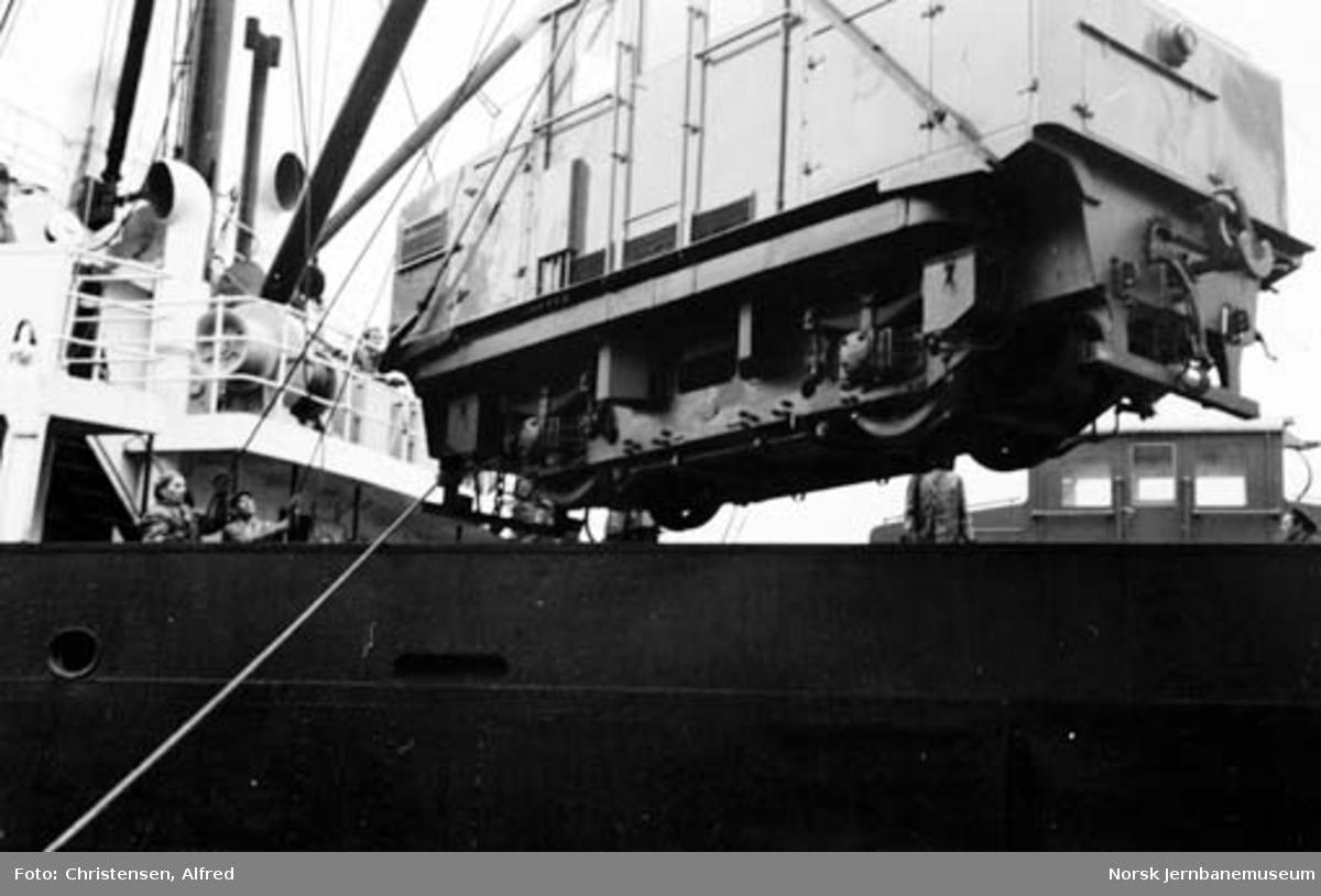 Nytt elektrisk lokomotiv nr. 5 heises i land fra båt