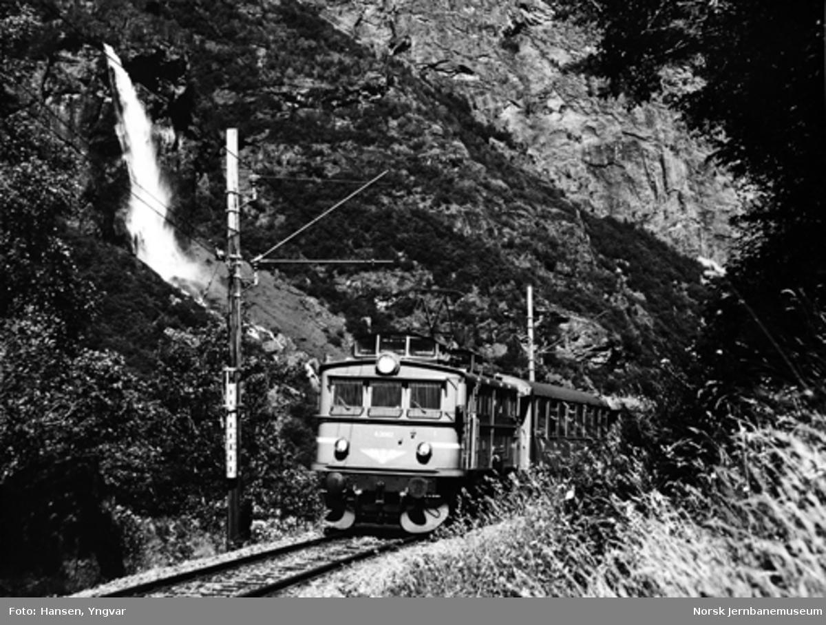 Persontog ved Rjoandefossen, trukket av elektrisk lokomotiv El 9 nr. 2062