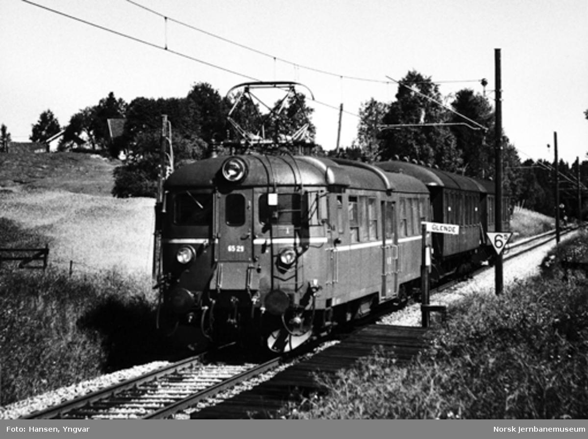 Persontog med elektrisk motorvogn BM 65B 29 ved Glende holdeplass