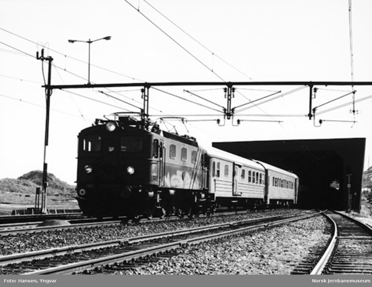 Persontog trukket av elektrisk lokomotiv Da nr. 888 ved innkjøring Bjørnfjell stasjon