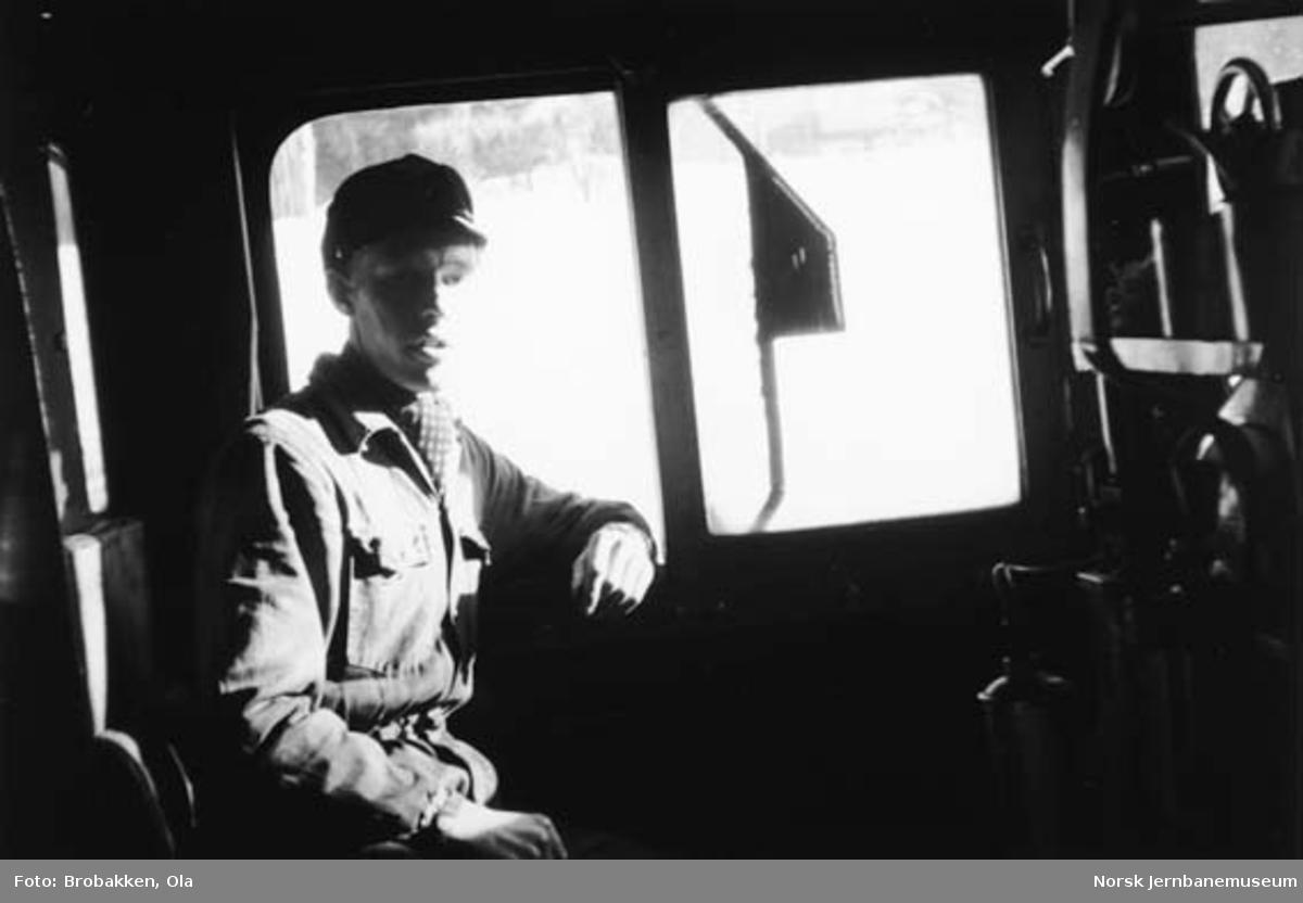 Ola Brobakken som fyrbøteraspirant på damplokomotiv
