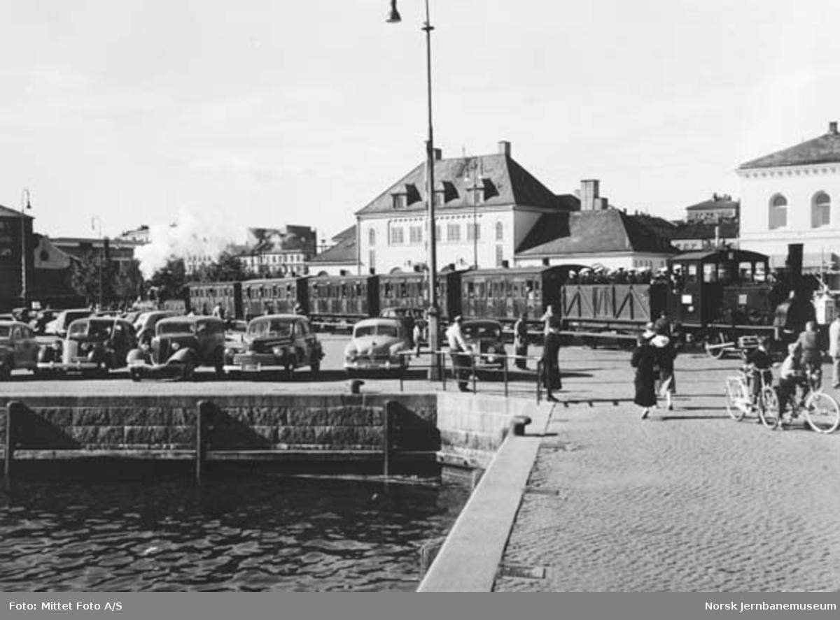 """Tog utenfor Vestbanen ved 100 års-jubileet, med damplokomotiv type 7a nr. 25 og """"Caroline"""" i motsatt ende"""