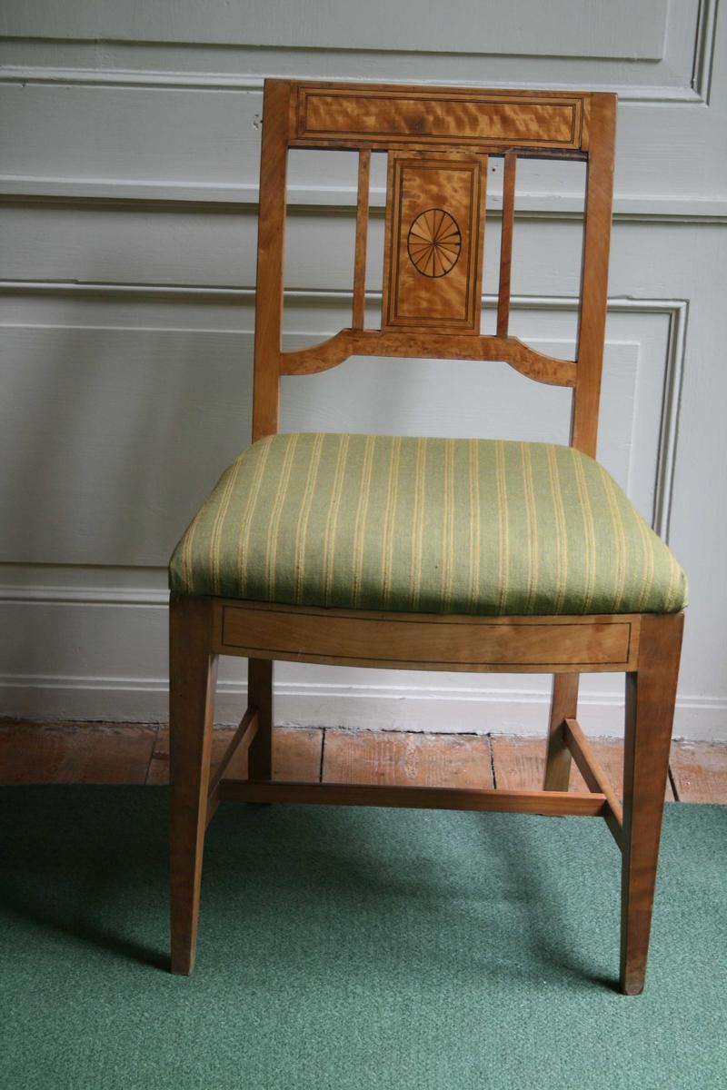 Stol bjerk, empire m/intarsia, grønt ullstoff, gule striper. En av tre stoler