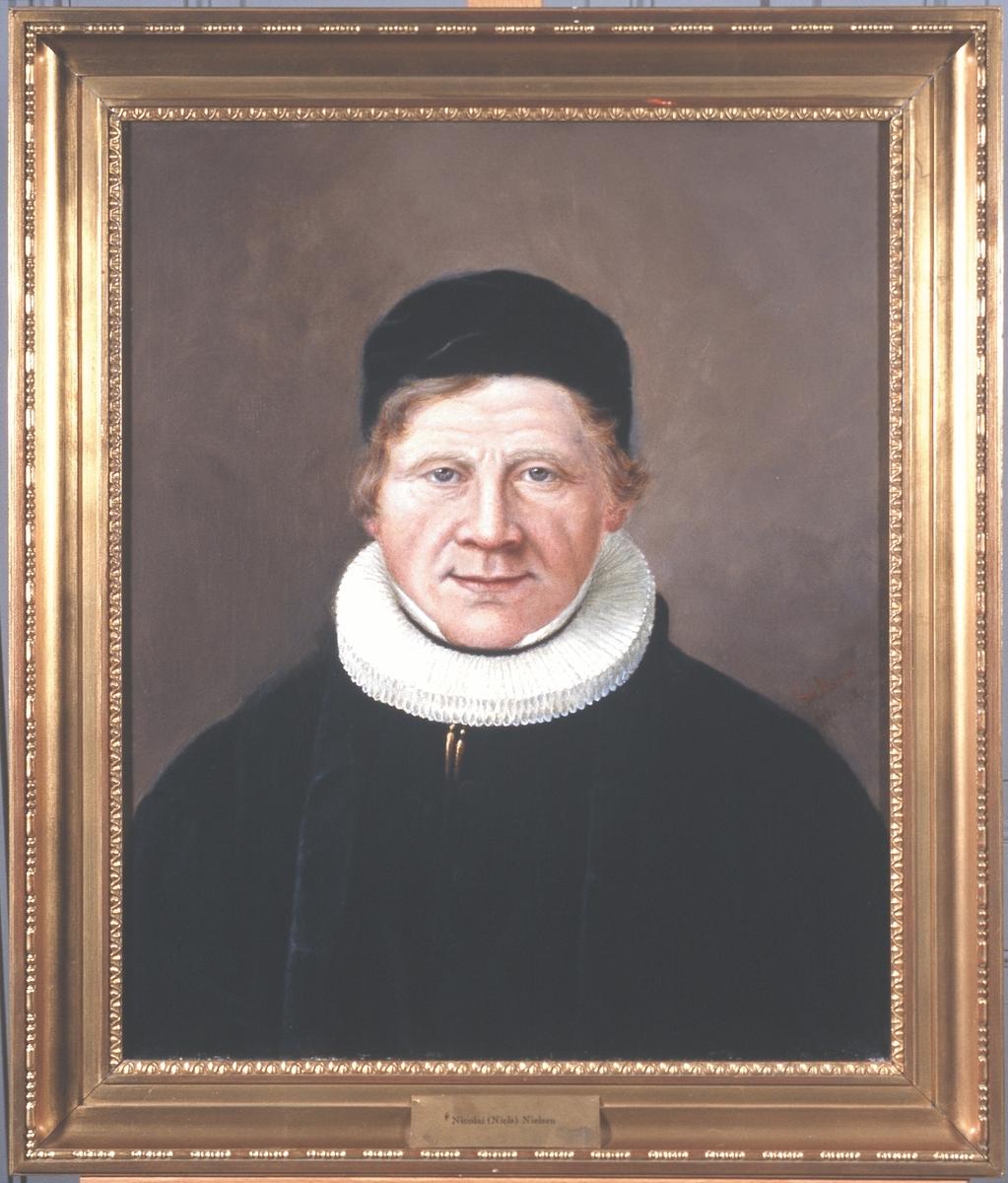 Portrett av Nicolai (Niels) Nielsen. Prestakjole og pipekrave, svart hodeplagg (kalott).