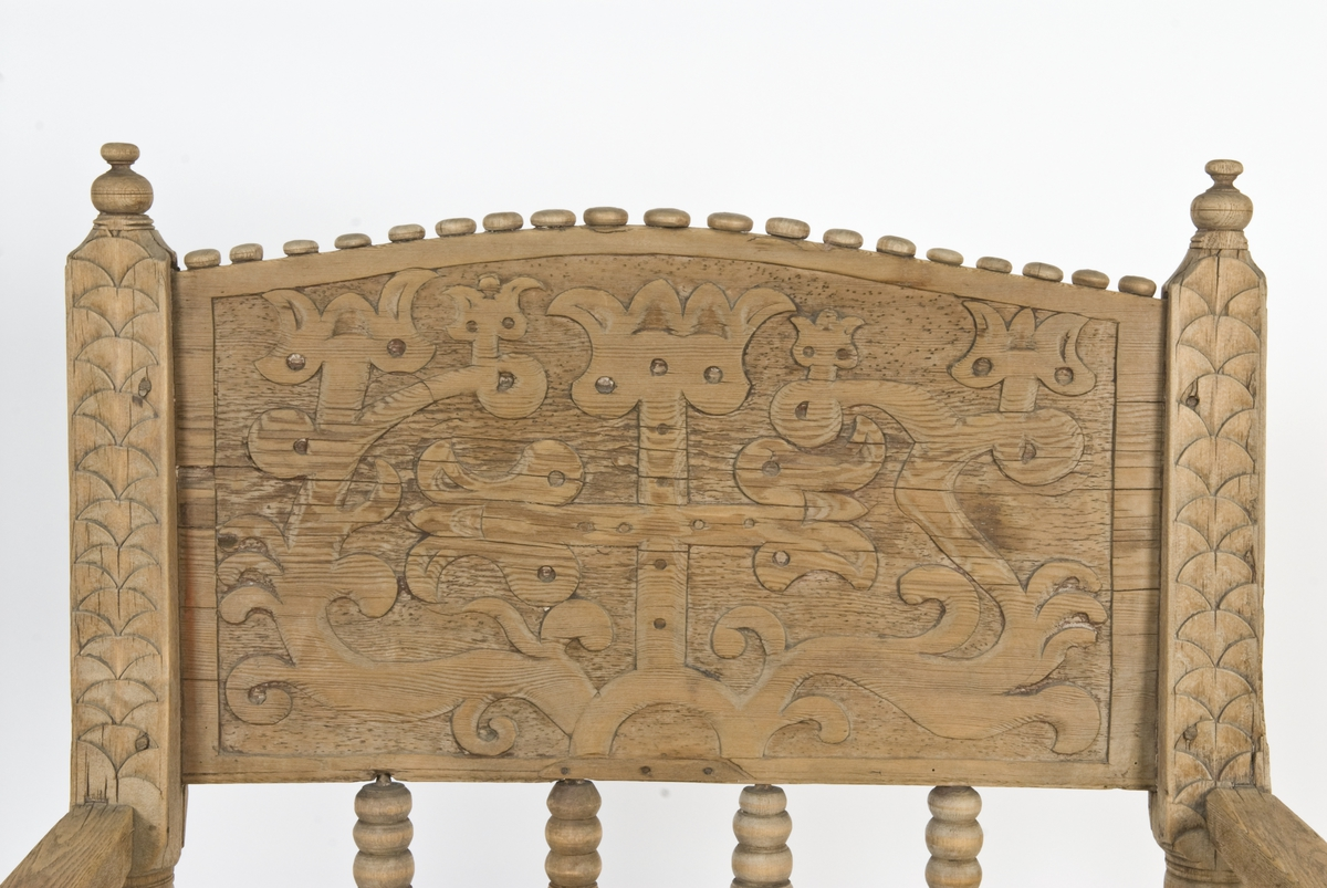Armstol på kryss fot med mulighet for å snurres. Runeinnskrift skåret inn på ryggen. Dreid og skåret dekor.