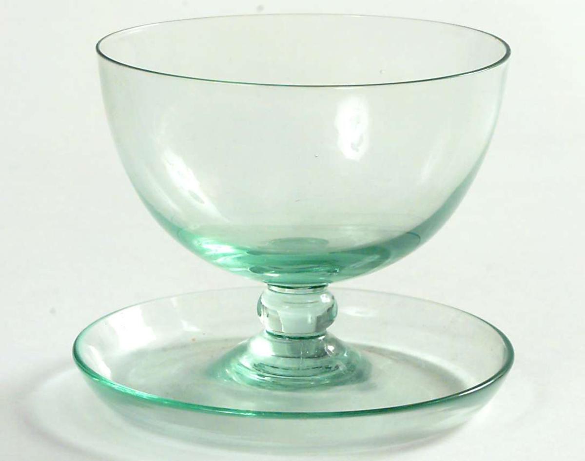 Cupa halvkuleform, stett med vulst og fast skål