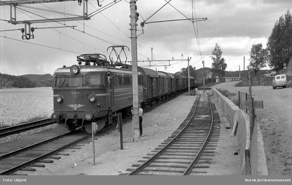 Elektrisk lokomotiv El 13 nr 2136 med sørgående godstog på Espa stasjon