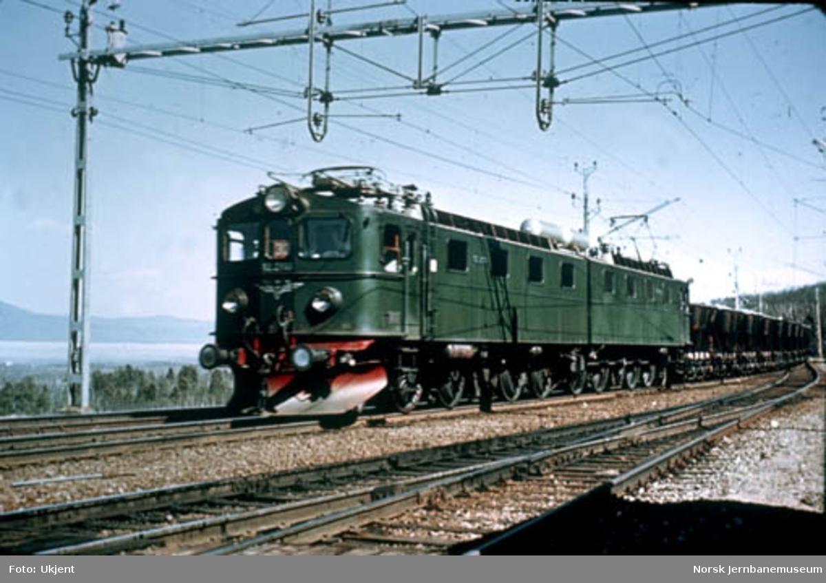 NSB elektrisk lokomotiv El 12 foran malmtog ved søndre innkjørsel til Torneträsk stasjon