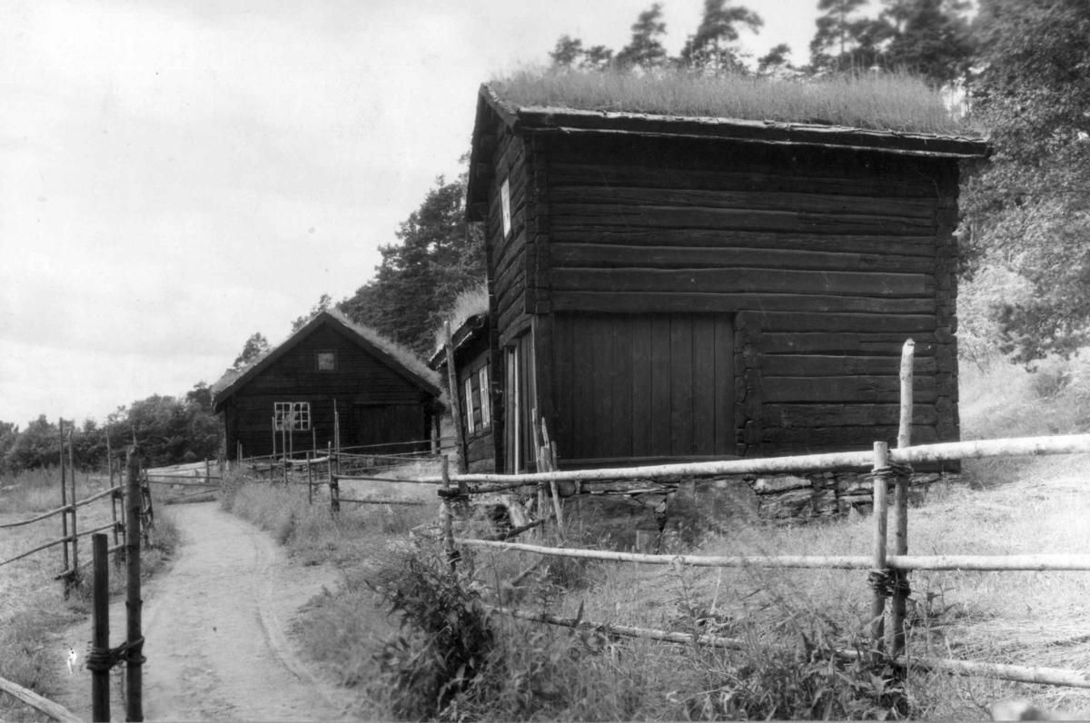 Oppstugu fra Bakarplassen, Mjøen i Oppdal. Fotografert på Norsk folkemuseum, juli 1925.    Juli 1925. 56