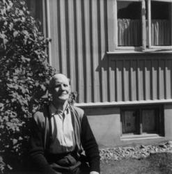 Karl Gustavsen sitter utenfor huset sitt i Rjukan i Telemark