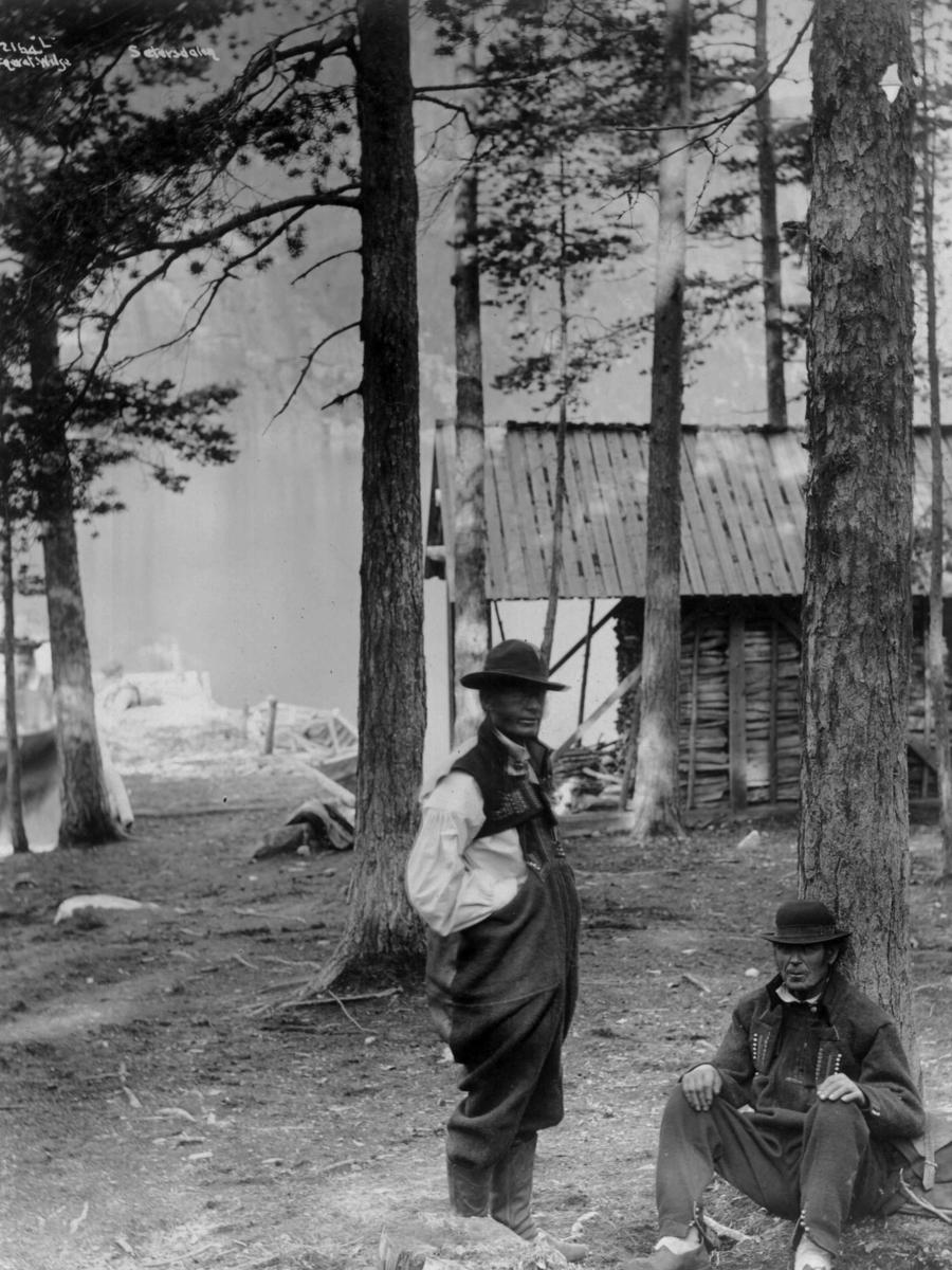 To menn i folkedrakt ved den gamle dampskipsbrygga på Nordre Nese i Bygland, antakelig.