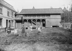 Gruppe på tunet på Gamle Digerud, Frogn, Akershus, 1902.