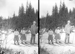 Far Axel Q. Wiborg med døtre på ski på Holoa, Jevnaker, Hade