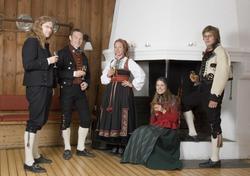 Serie bilder fra Gjestestuene ved Norsk Folkemuseum. Bunadsk