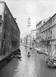 """En kanal i Venedig. Kirketaarnet stod ganske paa skjæve."""