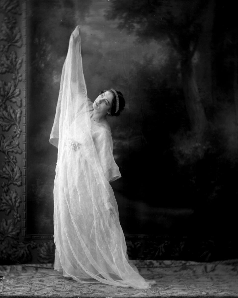 Portrett, en ung pike utkledd, frøken Leraas.