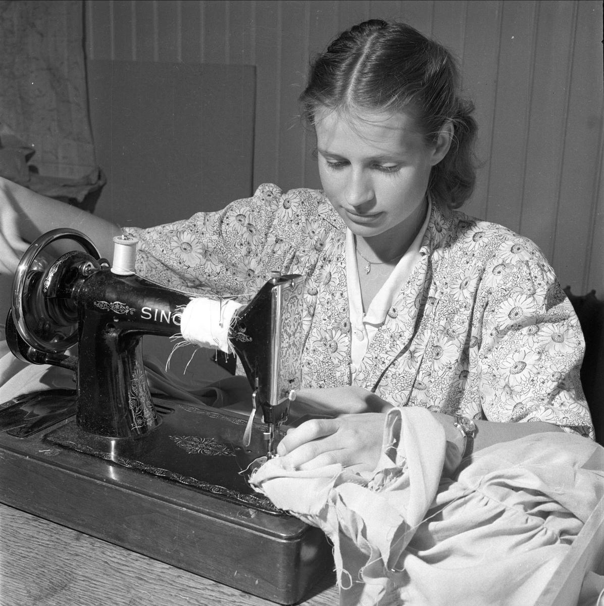 Student ved symaskin. August 1950. Studentrevy, forberedelser.