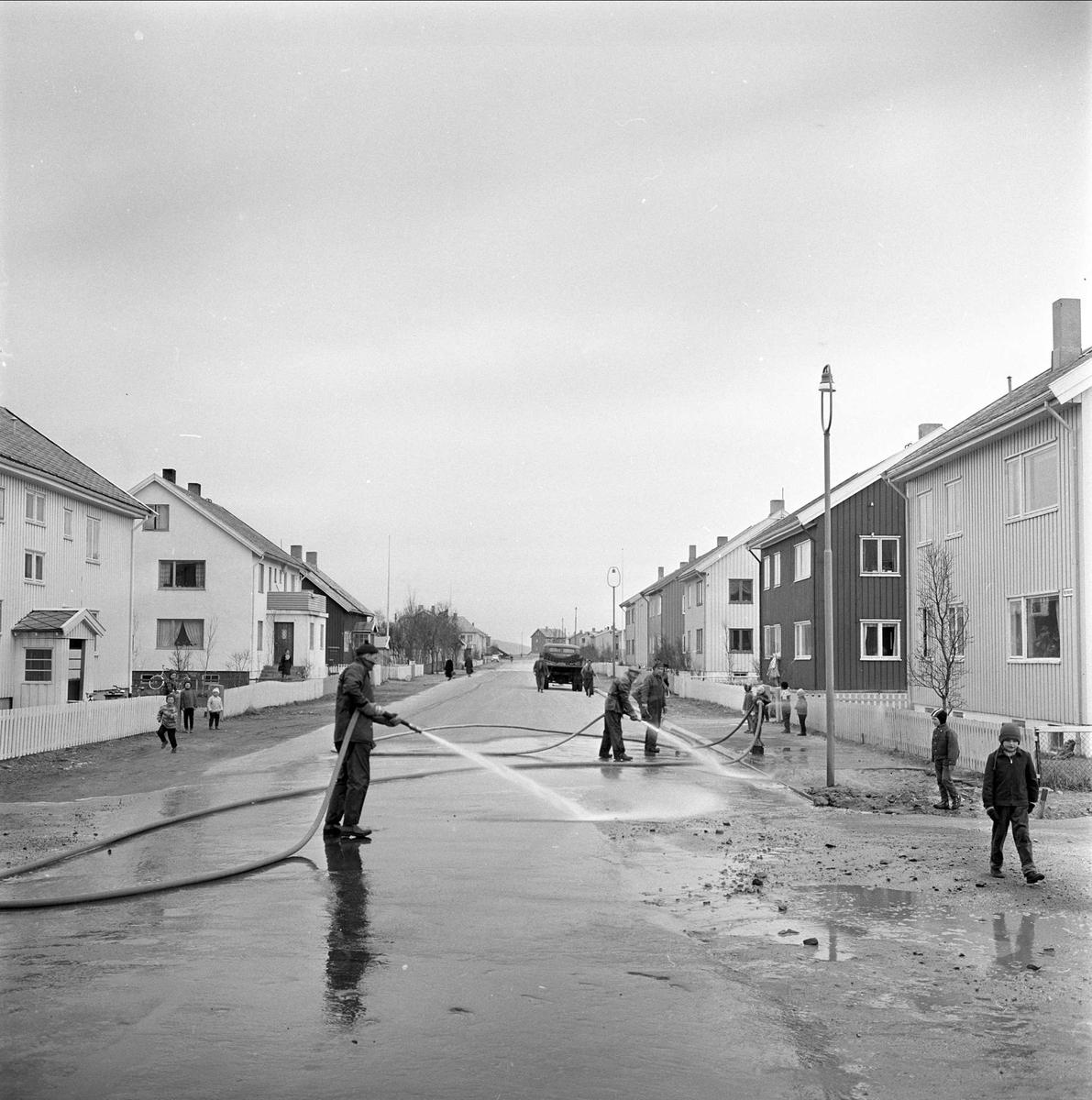 Bodø, april 1963. Spyling av gater i boligstrøk.