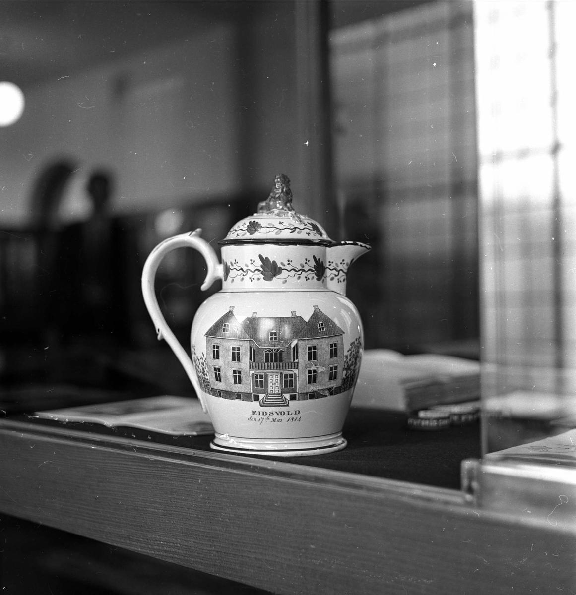 Grunnlovsjubileet, Eidsvoll, 18.04.1964, mugge m/bilde av Eidsvollsbygningen,