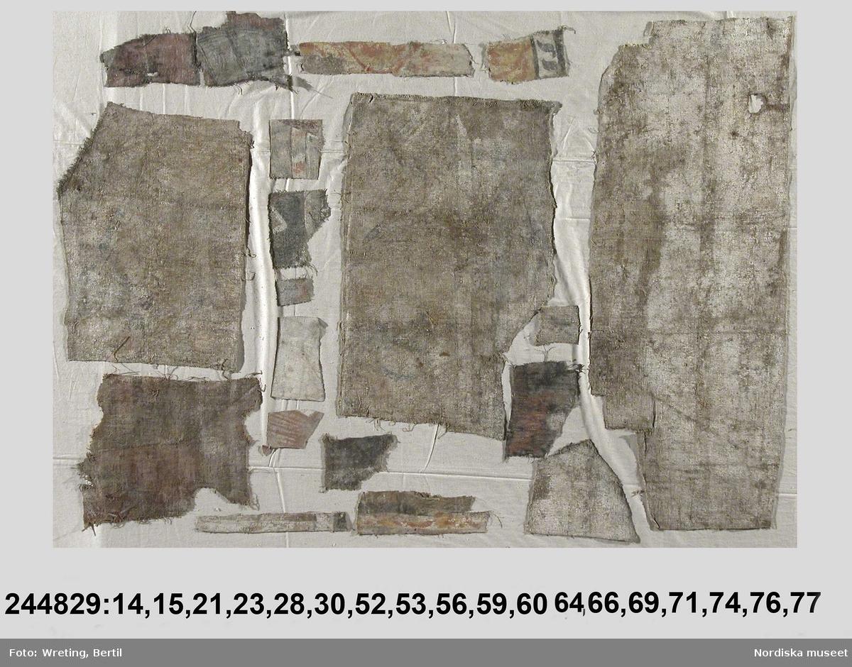 """Huvudliggaren: """"Bonadsmålningar, 77 st. större och mindre fragment av. Målade med olje- och täckfärger på grov linneväv i tuskaft och kypert. Huvudsakligen bibliska motiv, bl.a. Susannas historia, de fem sinnena, kopparormen, Elie himmelsfärd, livets brunn, Justitia.    Snarlika 199.675, fr. Hässja i Alfta sn, dat. 1645. Jfr S Svärdström i Fataburen 1936 och 1953.""""  Bilaga finns med beskrivning av motiv och baksida av varje del samt några med deras inbördes placering. Här nedan har endast måtten skrivits av. 1) L 126 cm, B 112 cm 2) L 134 cm, B 65 cm 3) L 132 cm, B 63 cm 4) L 164 cm, B 126 cm 5) L 70 cm, B 31 cm 6) L 63 cm, B 32 cm 7) L 137 cm, B 47 cm 8) L 95 cm, B 18 cm 9) L 16 cm, B 14 cm 10) L 172 cm, B 125 cm 11) L 290 cm, B 36 cm 12) L 166 cm, B 30 cm 13) L 108 cm, B 28 cm 14) Största diagonal 15 cm 15) L 11 cm, B 13.5 mc 16) L 45 cm, B 29 cm 17) L 13 cm, B 11 cm 18) L 12 cm, B 13 cm 19) L 13 cm, B 13 cm 20) L 12 cm,  B 12 cm 21) L 17 cm, B 14 cm 22) L 88 cm, B 28 cm 23) L 23 cm, B 15 cm 24) L 54 cm, B 48 cm 25) L 39 cm, B 10 cm 26) L 25 cm, B 17 cm 27) L 11 cm, B 9 cm 28) L 16 cm, B 43 cm 29) L 20 cm, B 35 cm 30) L 7 cm, B 6 cm 31) L 68 cm, B 26 cm 32) L 68 cm, B 25 cm 33) L 38 cm, B 41 cm 34) L 37 cm, B 43 cm 35) L 22 cm, B 20 cm 36) L 33 cm, B 45 cm 37) L 52 cm, B 14 cm 38) L 10 cm, B 115 cm 39) L 9 cm, B 63 cm 40) L 28 cm, B 12 cm 41) L 58 cm, B 9 cm 42) L 114 cm, B 20 cm 43) L 115 cm, B 12 cm 44) L 111 cm, B 16 cm 45) L 14 cm, B 11 cm 46) L 82 cm, B 14 cm 47) L 70 cm, B 15 cm 48) L 74 cm, B 16 cm 49) L 97 cm, B 24 cm 50) L 32 cm, B 61 cm 51) L 30 cm, B 30 cm 52) L 68 cm, B 49 cm 53) L 60 cm, B 44 cm 54) L 54 cm, B 34 cm 55) L 110 cm, B 16 cm 56) L 118 cm, B 45 cm 57) L 93 cm, B 47 cm 58) L 31 cm, B 36 cm 59) L 26 cm, B 23 cm 60) L 20 cm, B 13 cm 61) L 106 cm, B 13 cm 62) L 127 cm, B 11 cm 63) L 64 cm, B7 cm 64) L 16 cm, B 12 cm 65) L 35 cm, B 17 cm 66) L 39 cm, B 35 cm 67) L 71 cm, B 10 cm 68) L 114 cm, B 14 cm 69) L 35 cm, B 4 cm 70) L 37 cm, B 18 cm 71)"""