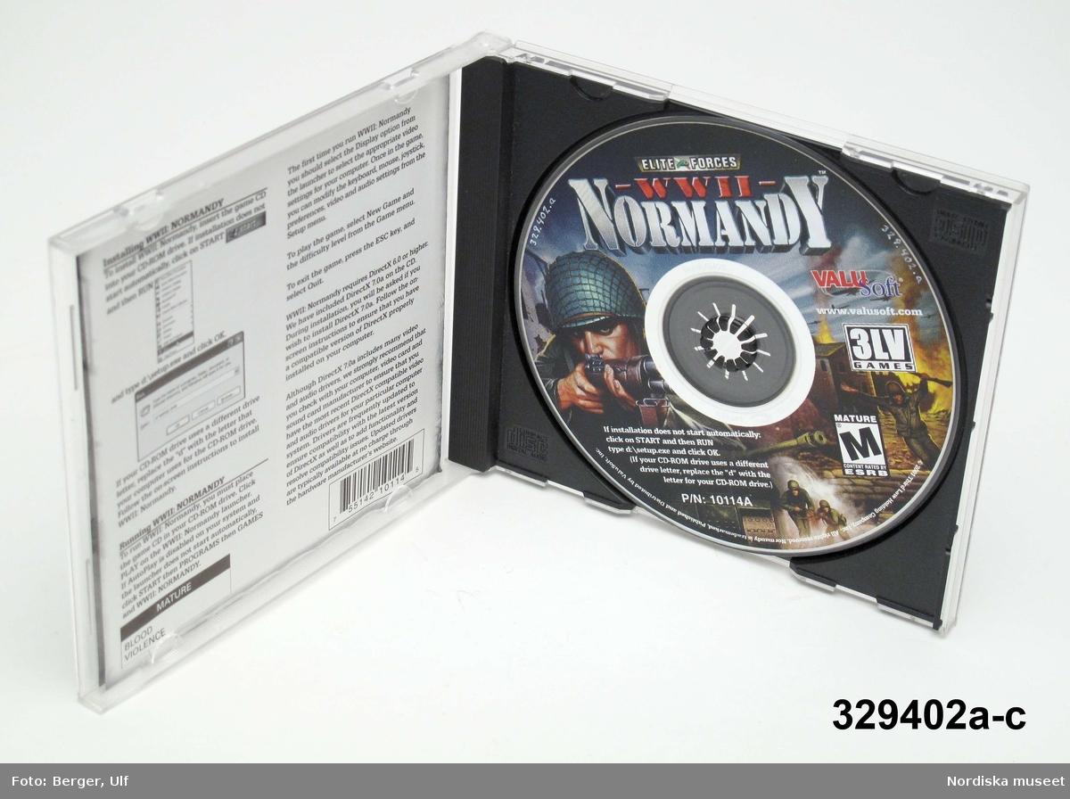 """Datorspel/TV-spel (a-c) i form av CD-skiva i plastfodral och med skriftlig instruktion i fodralet. Spelets titel är """"ELITE FORCES WW II NORMANDY"""" och handlar om en miliär landstigningsoperation under andra världkriget i Normandy, Frankrike 1944. Spelet är tillverkat och distribuerat av Valu Soft. inc som är en division inom THQ (Toy Headquaters) Inc. Utgående från copyright började spelet sannolikt tillverkas från 2001. Spelet är märkt M / Mature/ alltså för vuxna.  a) CD-Skiva. b) Plastfodral c) Instruktionsblad.  Givaren (född 1996) lämnar följande upplysningar om föremålet: Han har spelat det fram till nu dvs 2008 men anger inte från när. Spelet som heter """"Normandy"""" är ett krigsspel och går ut på att skjuta ner fiender; i detta fall """"nazister""""/tyska soldater.    Föremålet ingår i projektet """"Barn tar plats"""". Se dokumentation i arkivet D455. /Ulf Hamilton 2008-05-22"""