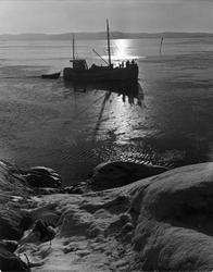Fiskebåt med en jolle på släp på väg hem mot Lysekil