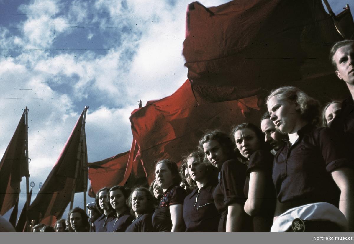 Röda fanor. Första maj, arbetarrörelsens demonstrationsdag.