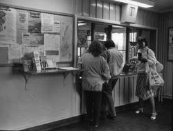 Storuman 1982. Stationsområdet, biljettlucka, vänthall, pers