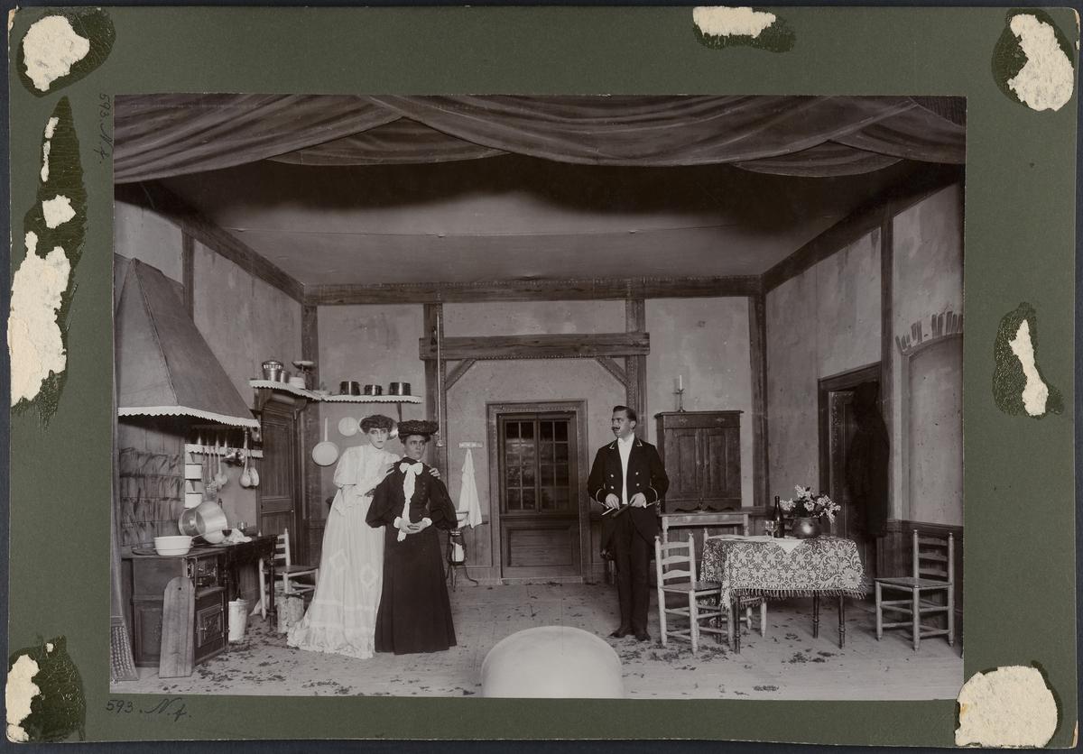 Scenbild från uppsättning av August Strindbergs pjäs Fröken Julie.