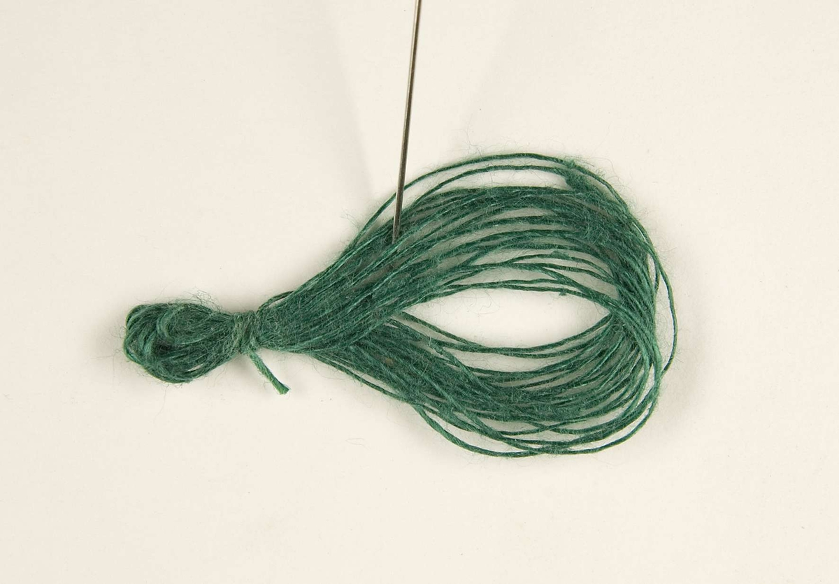 """Vävprov ämnat för möbeltyg. Provet är vävt i korskypert av lin i gröna nyanser. Vävprovet har nummer """"B3629"""". På kartongbladet som vävprovet är uppklistrat på finns förteckning på inslagsordning och färgblandningar."""