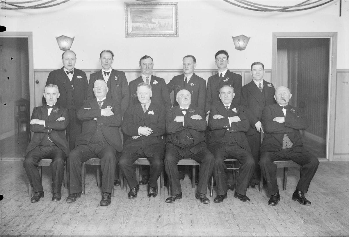 Grupporträtt  - män, eventuellt i Uppsala Motorbåtsällskap, UMS, Uppsala 1936