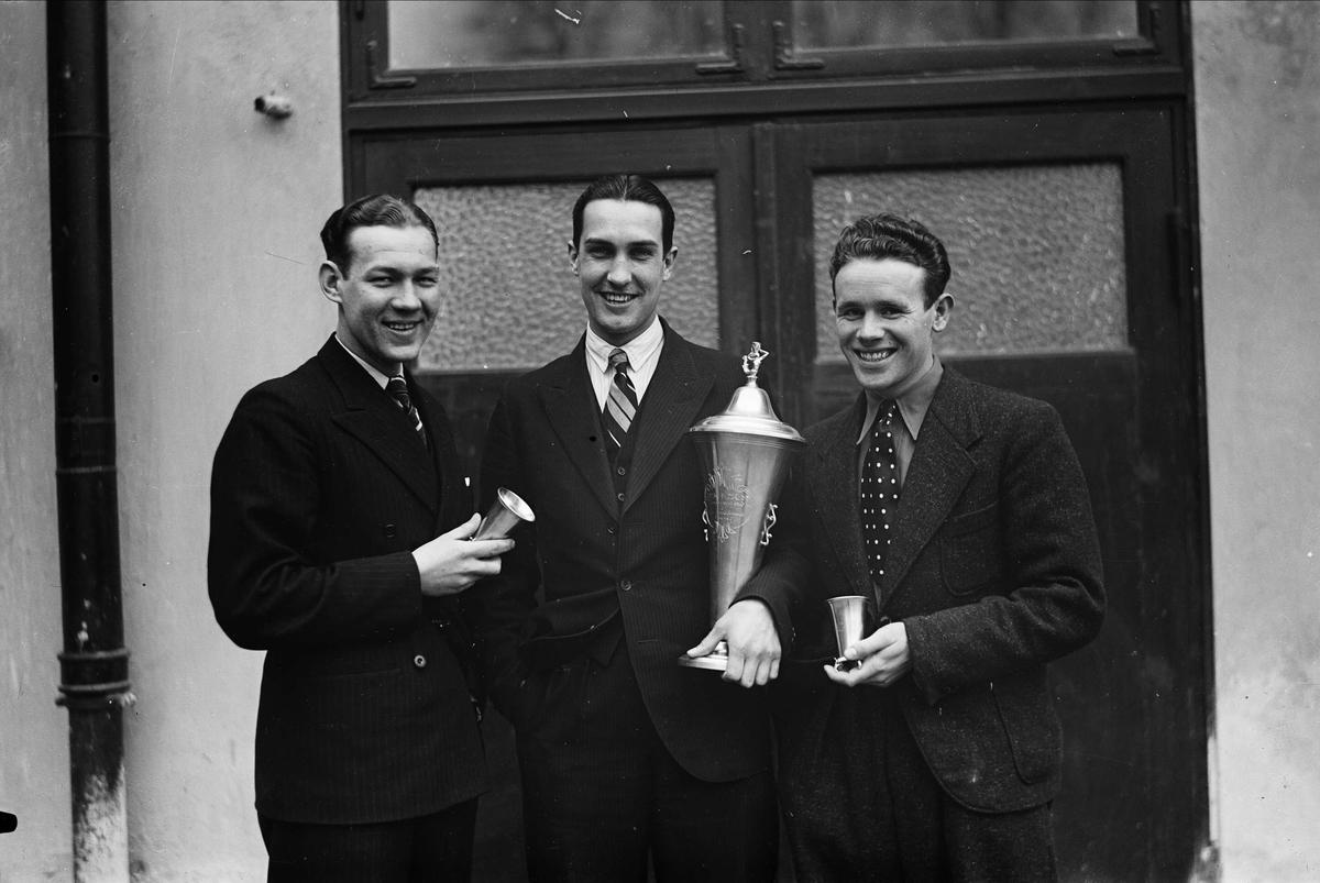 Bordtennisspelare med prispokaler, sannolikt Uppsala 1937