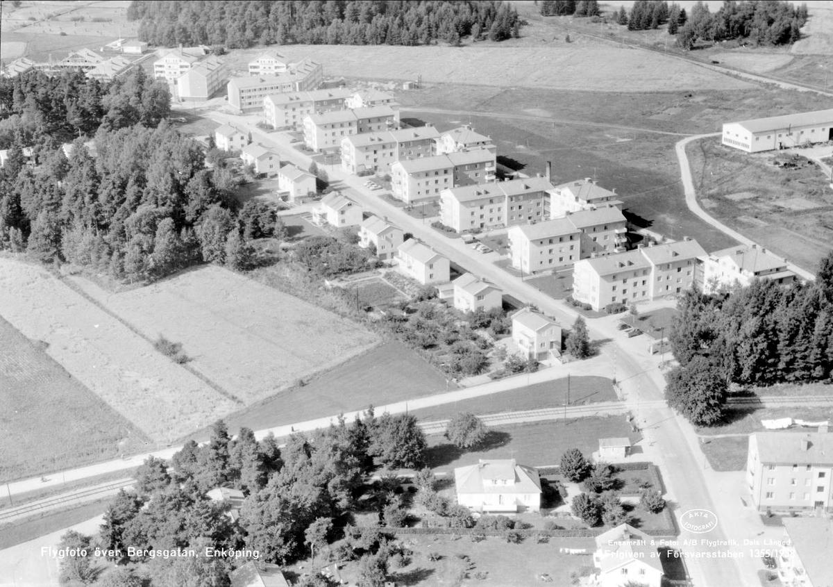 Flygfoto över Bergsgatan, Enköping, Uppland 1958