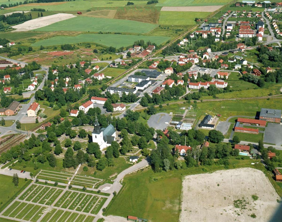Flygfoto över Heby, Västerlövsta socken, Uppland 1972