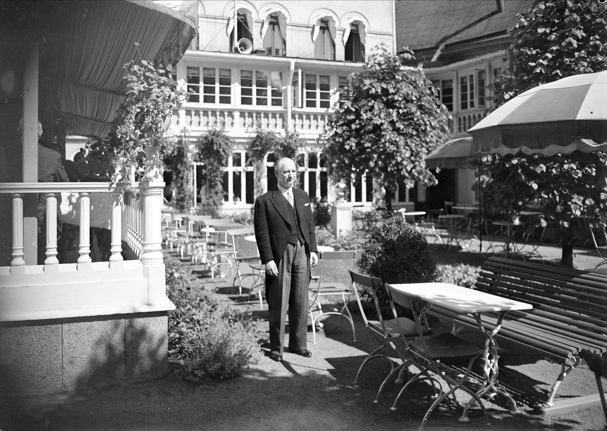 Man i trädgårdsserveringen, Stadshotellet, Uppsala 1942