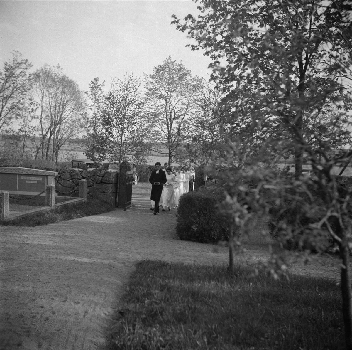 Konfirmander utanför Viksta kyrka, Viksta socken, Uppland maj 1937