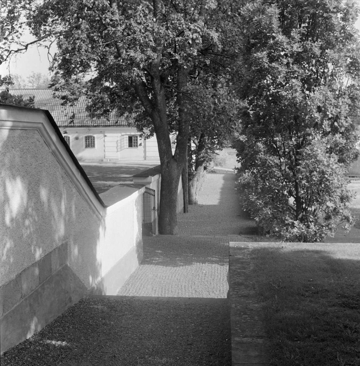 Port till gårdsplan, Stora Wäsby säteri, Hammarby socken, Uppland 1960