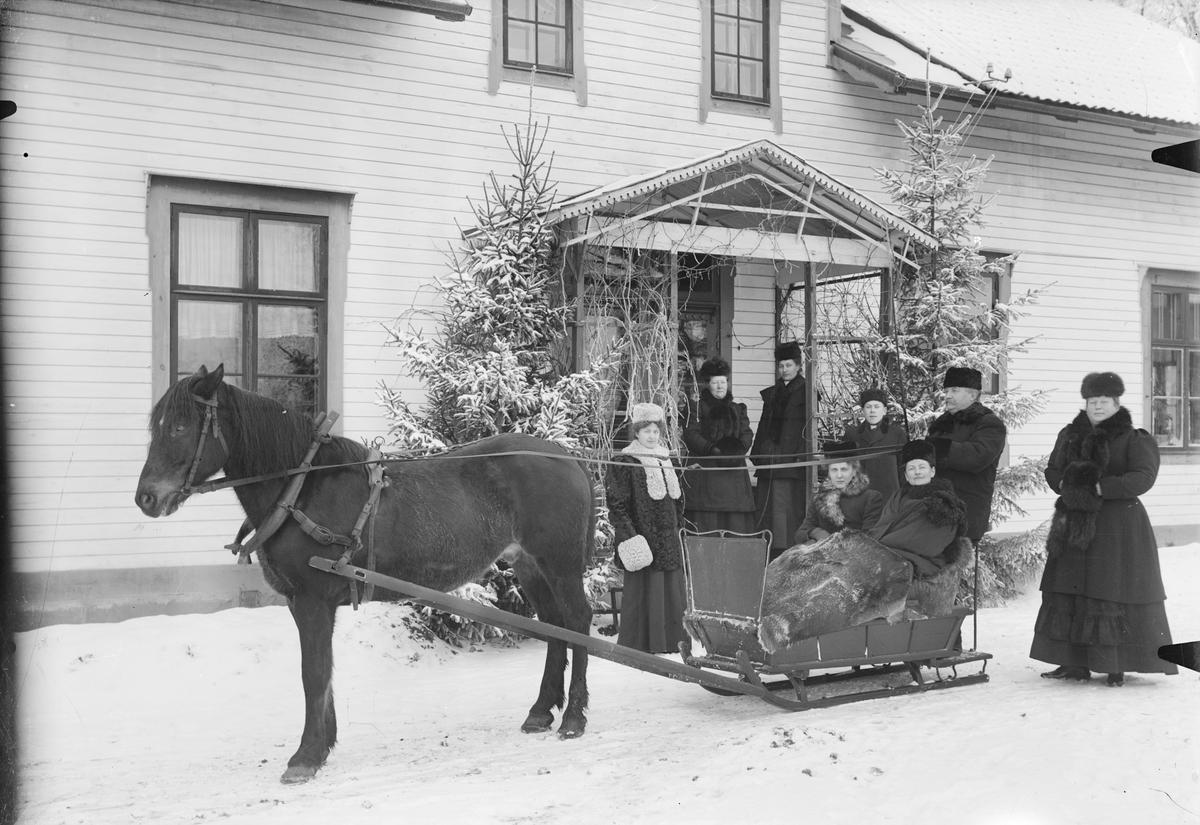 Slädspann framför bostadshus, Skalunda, Västergötland januari 1907