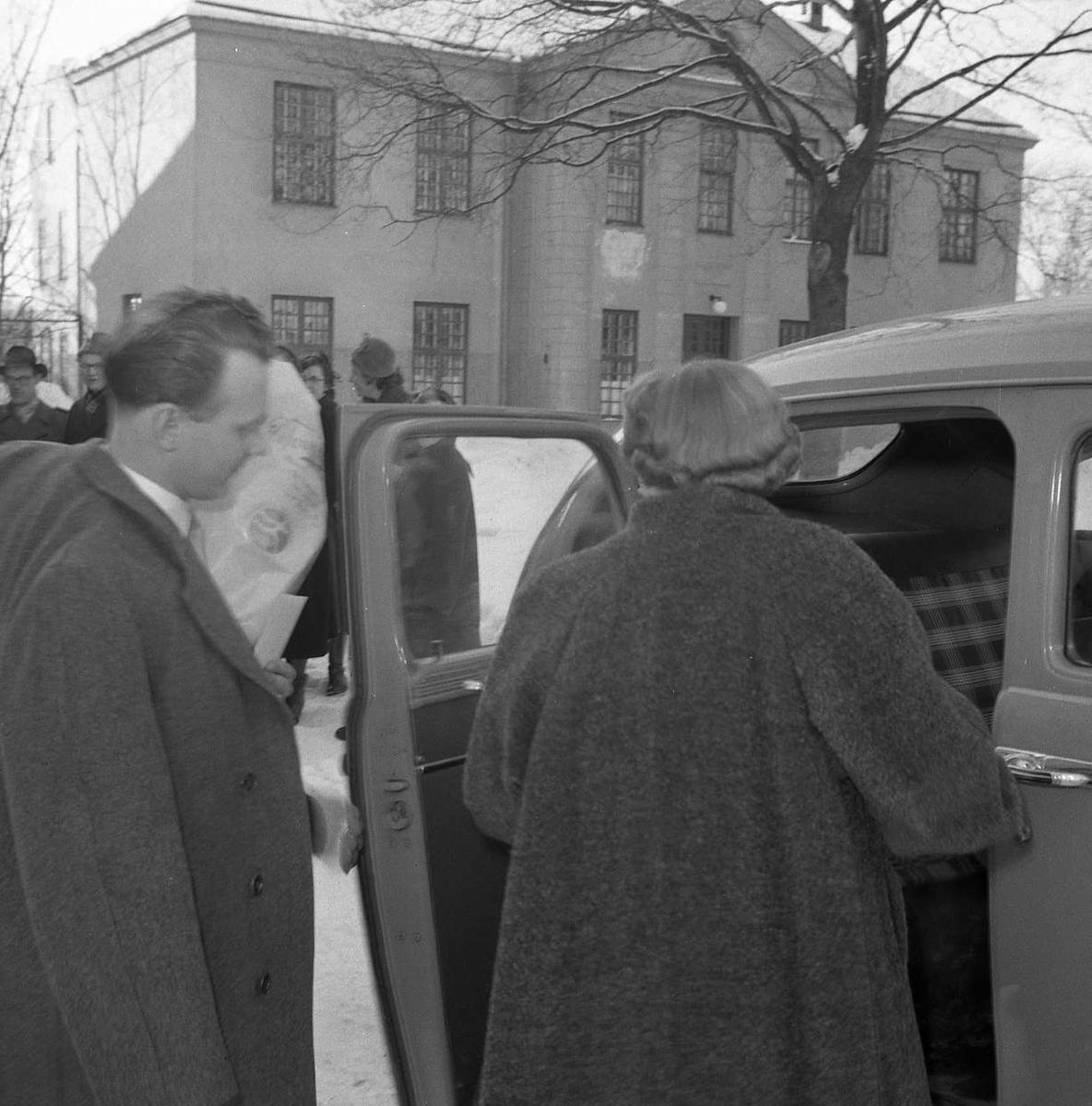 Brudparet Wiklund på väg in i bilen, Uppsala Ålderdoms- och sjukhem, Svartbäcken, Uppsala 1954