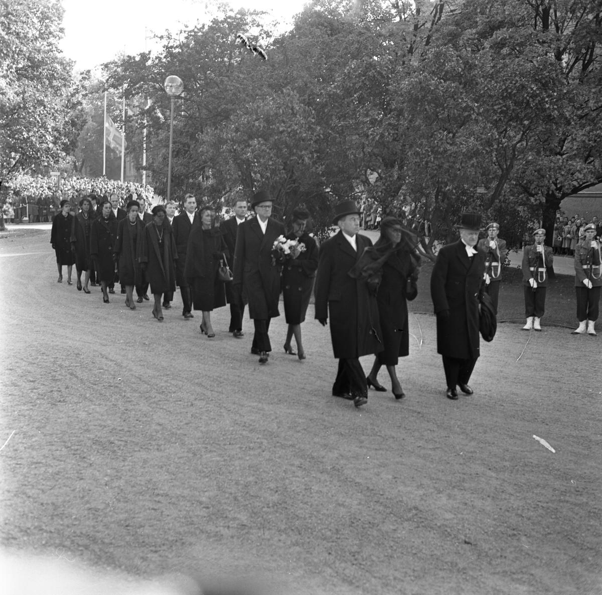 Dag Hammarskjölds begravning. Begravningståg genom Odinslund mot domkyrkan, Uppsala 29 september 1961