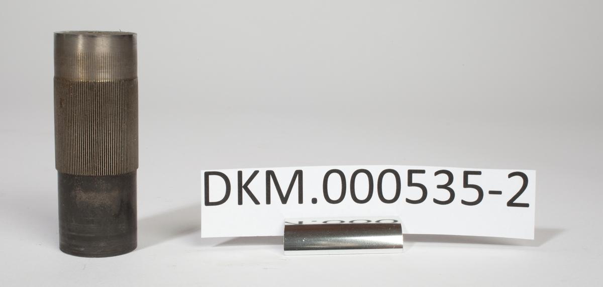 Sylinder av stål med dreid stamme og langsgående riller. Disse rillene er stikket ut i en fresemaskin med delehode.