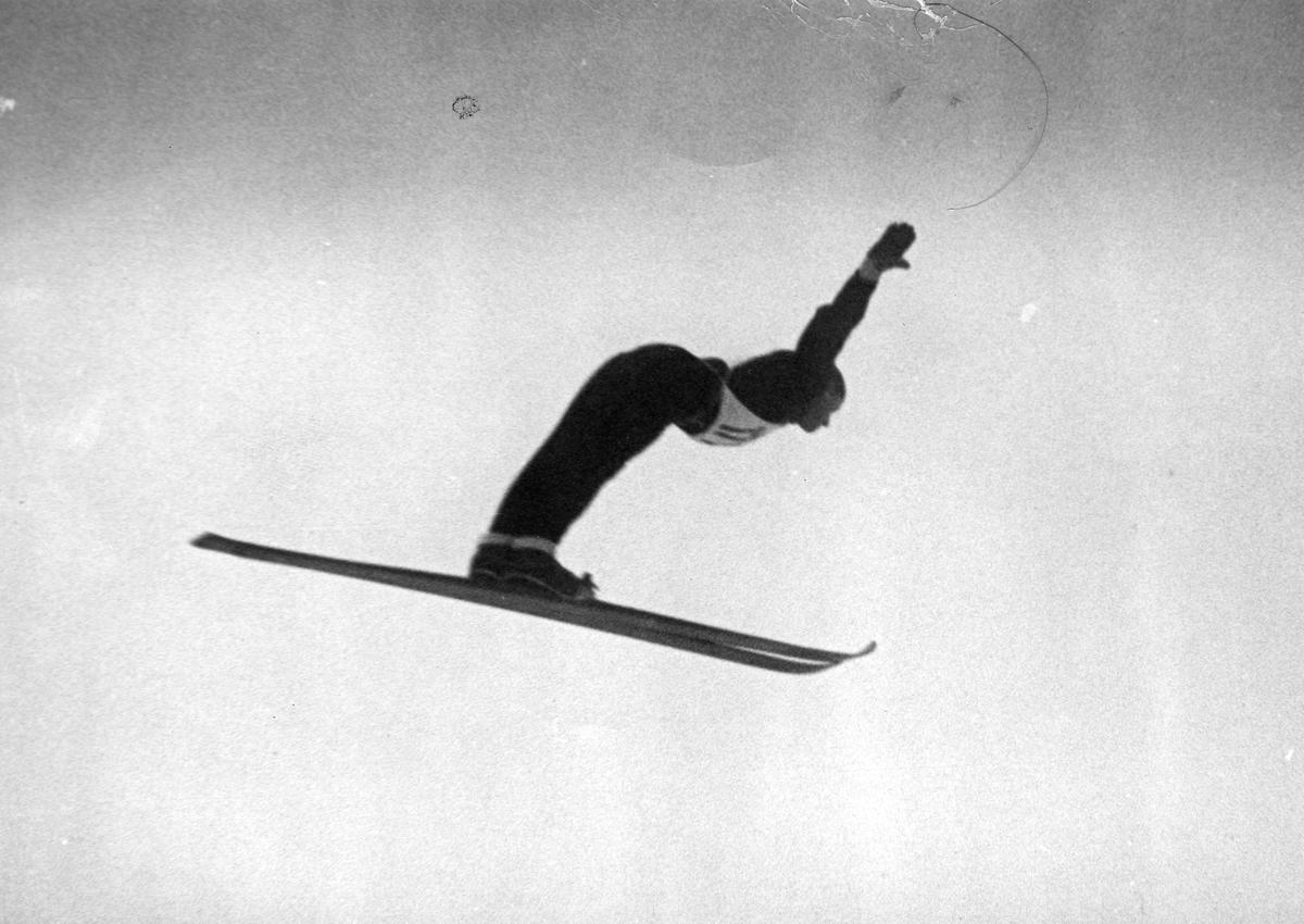 Petter Hugsted i Holmenkollen 1946. Petter Hugsted in the Holmenkollen jumping hill in 1946.