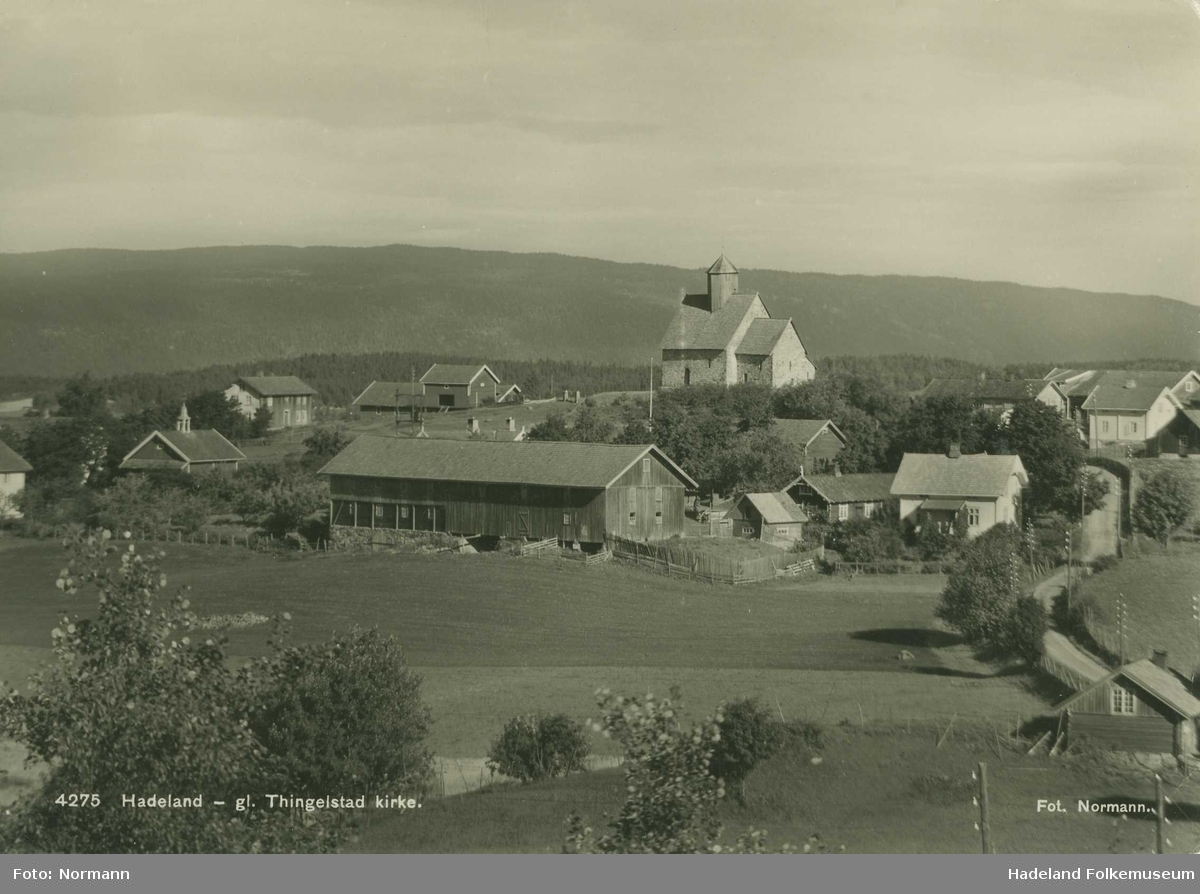 Tingelstad gamle kirke med Tingelstad gård i forkant